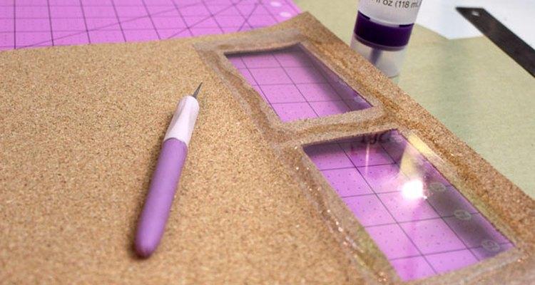 Pega las láminas de plástico para cubrir las aberturas.
