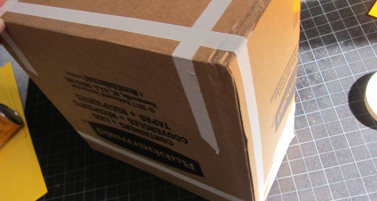 Adhiere con cinta los lados de la caja.