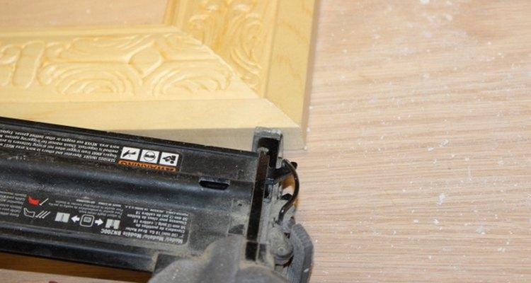 Uma pistola de pregos ajuda a reforçar os cantos da moldura