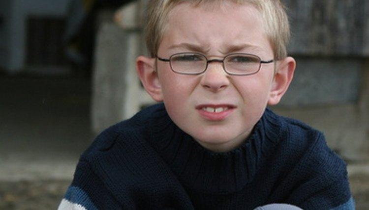 Óculos escorregando podem ser igualmente irritantes para crianças e adultos  (enfant image by valpictures from Fotolia.com) 926d9e4ef1