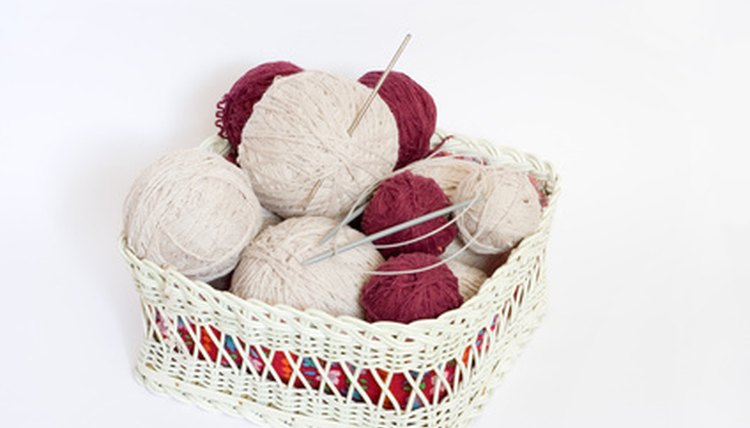 Tricote um gorro com um tear sem usar agulhas de tricô (knitting image by  anna karwowska from Fotolia.com). Fixe a linha no prego ... f2577a3802c
