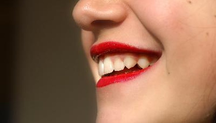 Como Fazer O Clareamento Dental Em Casa