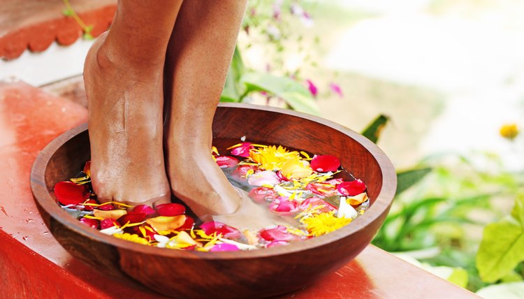 You can have your feet clean and fresh in no time by utilizing simple hygienic methods.