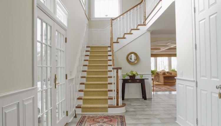 Colando tapetes em escadas (Jupiterimages/Creatas/Getty Images)