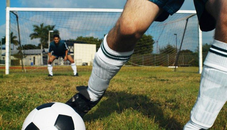 Jogue com conforto usando chuteiras de material sintético devidamente  laceadas (Stockbyte Stockbyte Getty Images) 7d2bf47803ab9