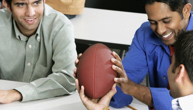 Como fazer uma bola de futebol americano de papel  ccf9a29d2d0c5