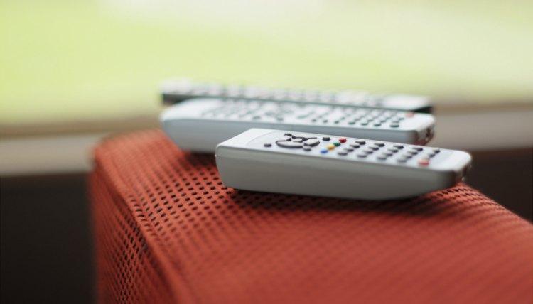 El control remoto universal Sharp puede ser programado para tu televisor, VCR, reproductor de DVD, estéreo y otros componentes y controlarlos a todos desde un sólo mando a distancia, eliminando la necesidad de tener que cambiar de un dispositivo a otro.