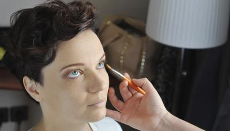 Certain online makeup training schools provide nationally recognized training.