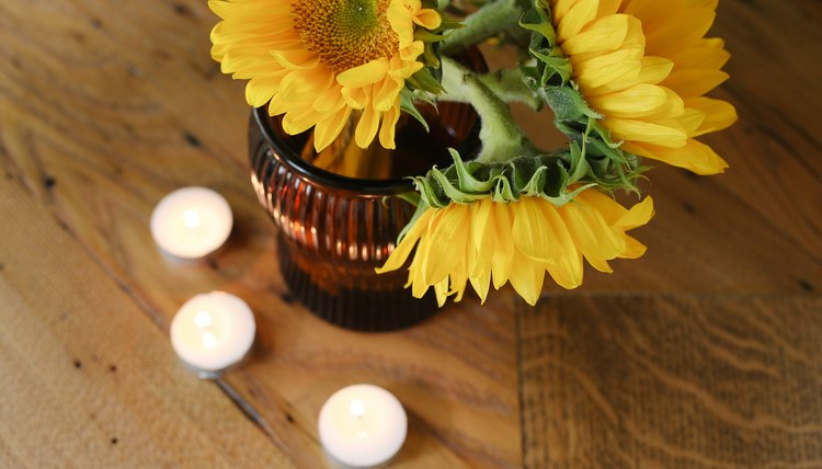 Decorating a memorial table synonym for Decor synonym