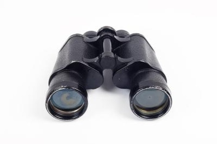 Binoculars with a center focusing ring