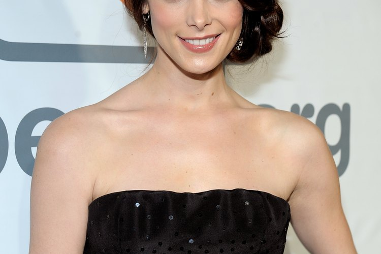 La actriz Ashley Greene viste un moderno y chic rodete de lado.