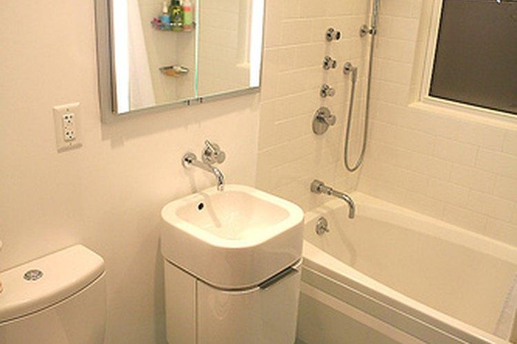 Colocar azulejos en el baño puede ser muy sencillo.
