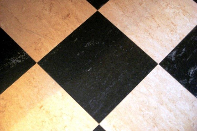 Cómo limpiar la acumulación de cera del piso.