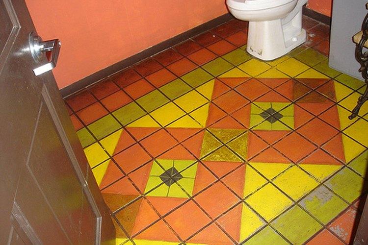 Piso del cuarto de baño pintado.