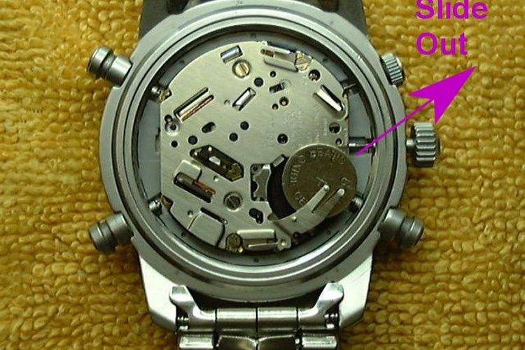 Un destornillador con una punta fuerte y plana puede ayudar a hacer palanca en la parte posterior de un reloj Seiko.