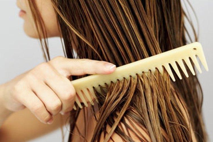 La pérdida de cabello puede ocurrir en los adolescentes.