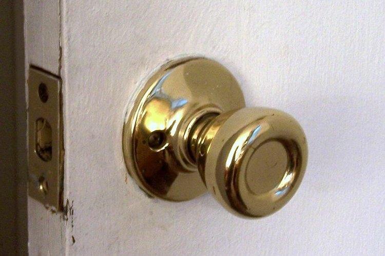 Intentar abrir una puerta sin la llave puede dañar la cerrradura cuando no se hace correctamente.