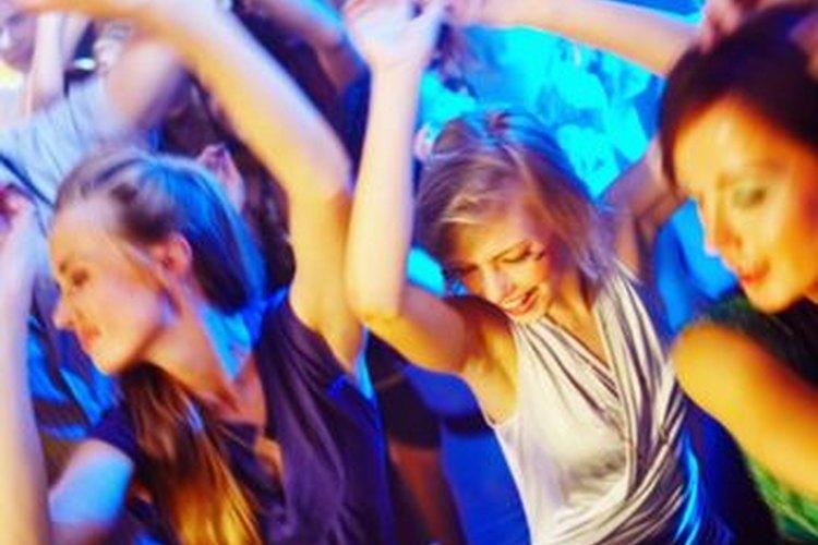 Quieres estar a la moda cuando llegas al club pero si planeas bailar toda la noche también debes estar cómoda.