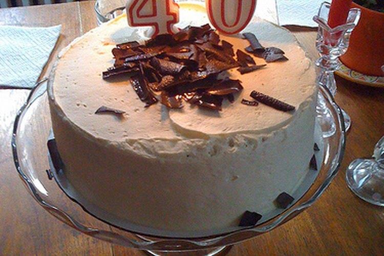 Para un cumpleaños de 40, debes preparar o comprar un pastel que sea alusivo para el cumpleañero.
