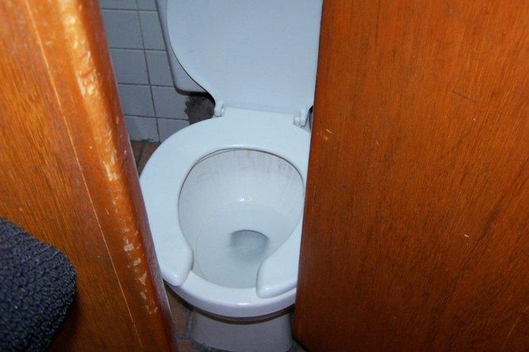 Quitar las manchas de la taza del inodoro mantendrá tu baño brillante.