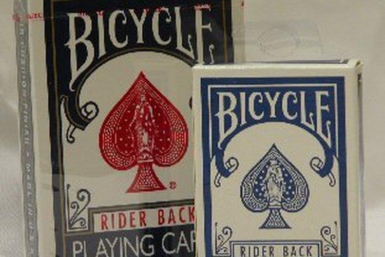 Se requieren dos mazos de cartas para hacer un juego.