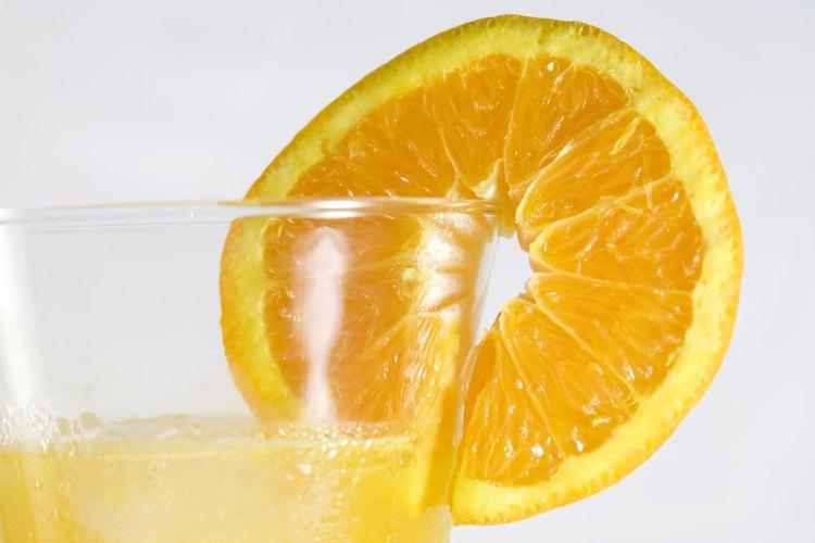 Prepara jugos de cítricos para los invitados en tu fiesta caribeña.