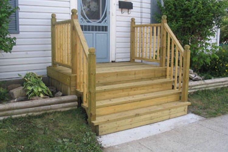 Construir escalones para casas móviles es una de las adiciones a la casa fáciles.