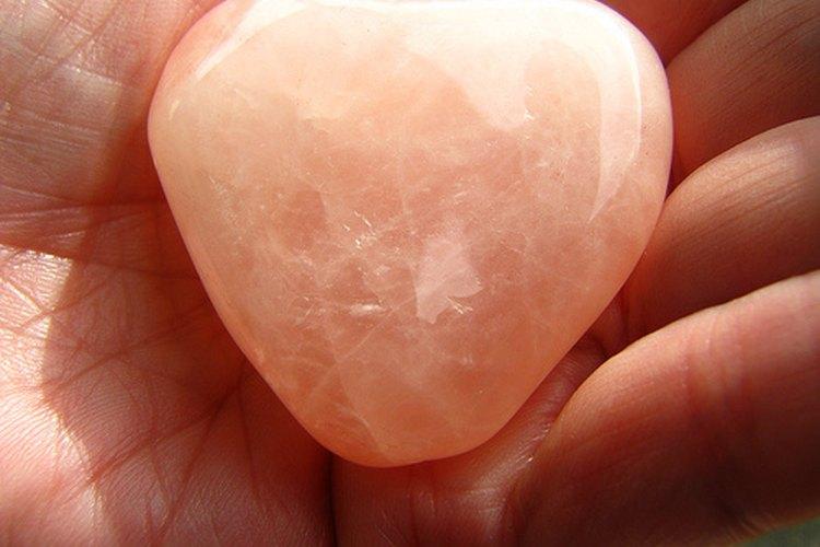 Muestra de cuarzo rosa con forma de corazón.