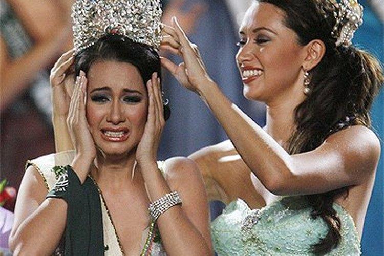 Entregar una corona en un certamen de belleza puede despertar muchas emociones tanto para la reina saliente, como para la ganadora.
