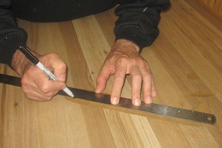 Usa tu regla como guía para cortar.