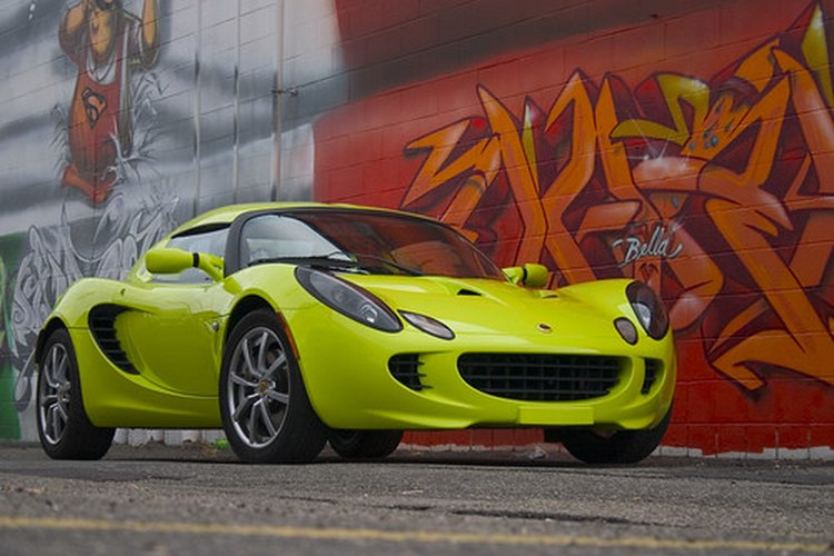 Los vendedores de carros venden automóviles nuevos y usados.
