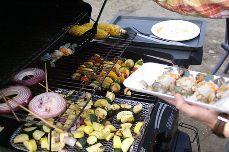 Alimentos cocinados en una parrilla al aire libre.