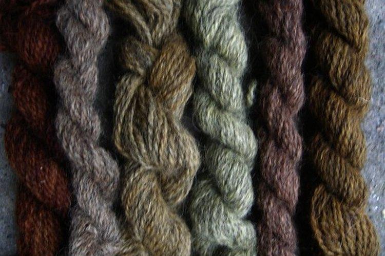 La lanolina es removida de la lana antes de que esta última se convierta en hilo.
