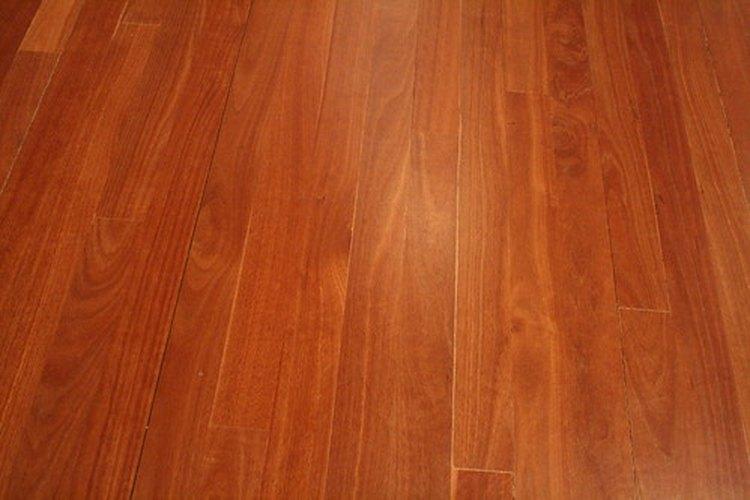Los pisos laminados son más baratos que los que están hechos con madera real.