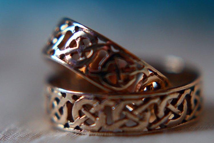 La joyería celta generalmente representa al inifinito con un diseño de entrelazado que no tiene principio ni fin.