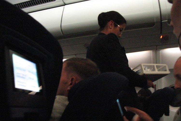 Los sobrecargos cumplen funciones importantes en las aerolíneas.