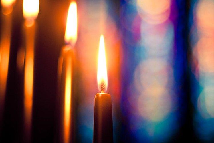 Las velas moradas y rosadas de adviento tienen un significado especial.