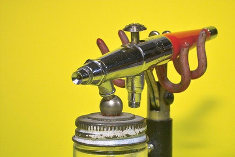 La laca se aplica mejor con una pistola de sifón.
