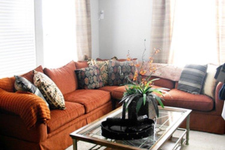 Los sofás rojo ladrillo y las paredes azul pálido son una combinación ganadora.