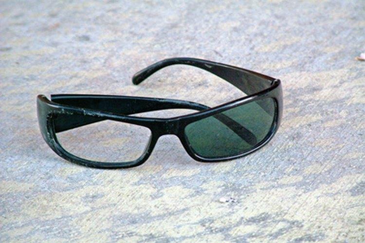 Haz que tus lentes luzcan como nuevos quitándoles los rayones.