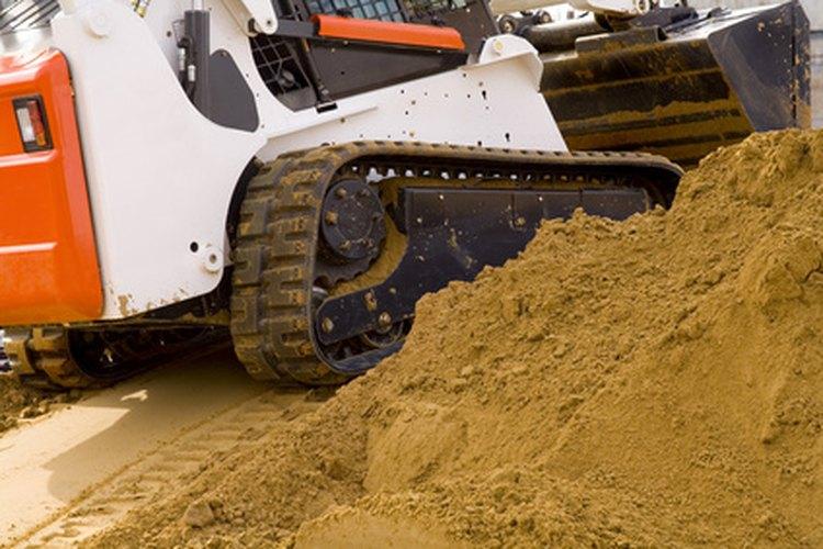 Un cargador frontal tiene una gran cubeta que mueve cargas pesadas.