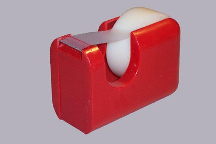 Retira cuidadosamente la cinta adhesiva.