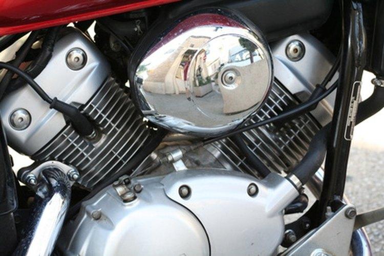El régimen de ralentí se regula con el tornillo de marcha lenta en el lado del carburador.