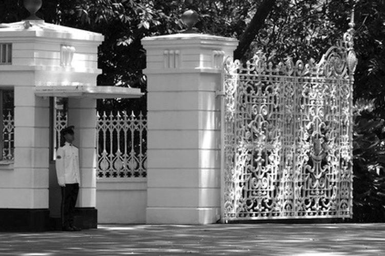 Los guardias de seguridad pueden denegar el acceso a los visitantes no autorizados.