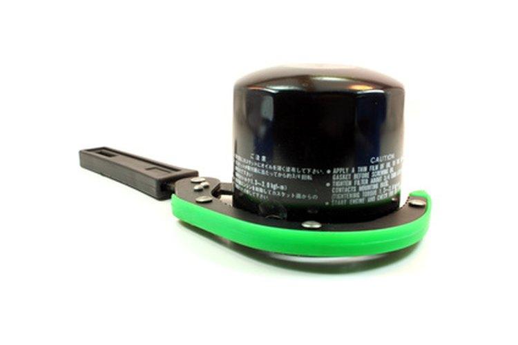 Usa la llave de tubo de 3/8 y el tubo de 36 mm para abrir el tapón de llenado de aceite.