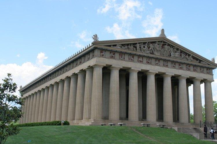Una réplica del Partenón presenta columnas dóricas.