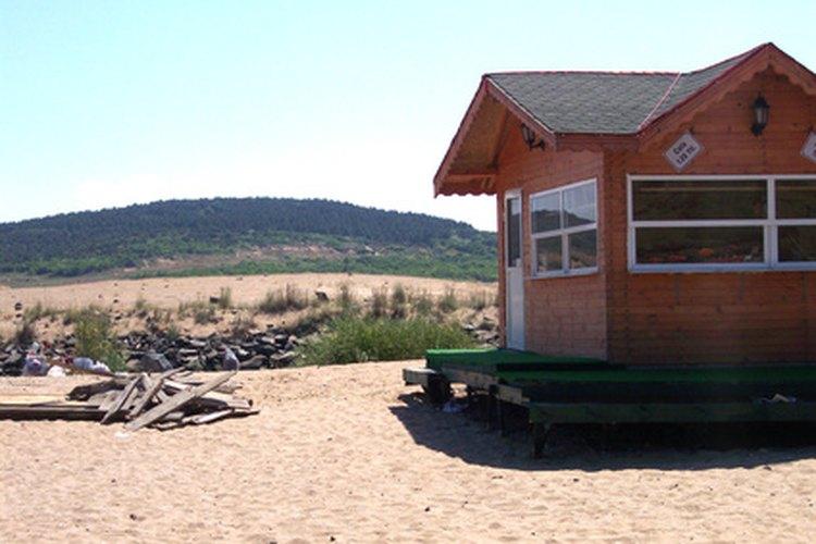 Las casas de playa son elevadas de la tierra por protección.