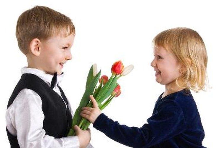 Los enamoramientos de tu hijo pueden representar retos emocionales.