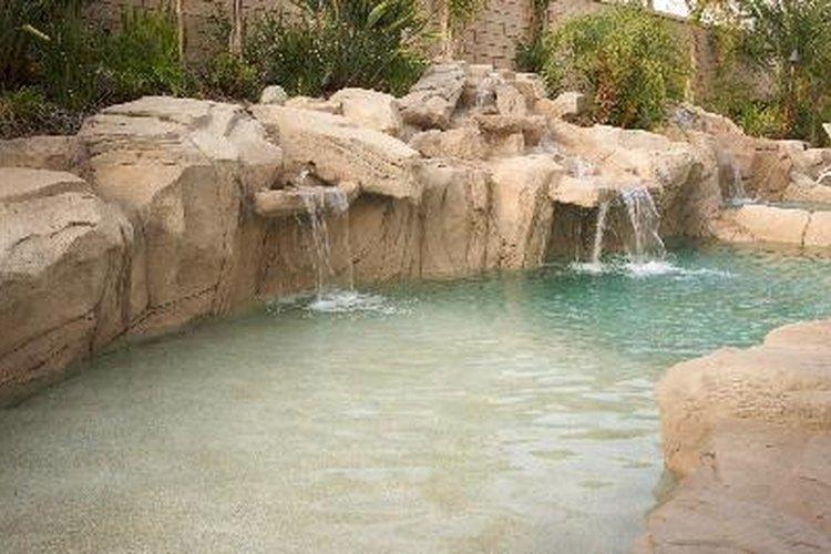 Una cascada de piscina tiene que comenzar con una fuente de agua.