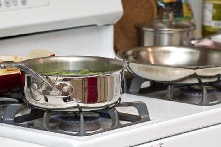 Utensilios de cocina de acero inoxidable versus ollas y cacerolas de aluminio. Igual que los fanáticos de los equipos deportivos, cada material tiene sus partidarios y sus detractores